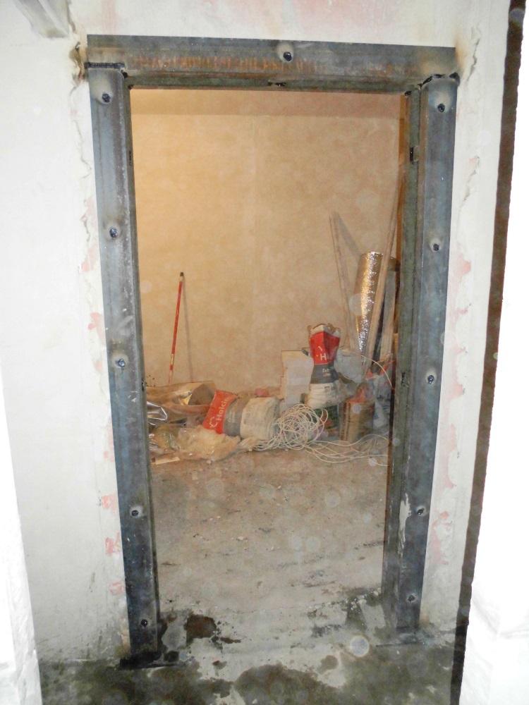 Дверной проем в стене панельного дома