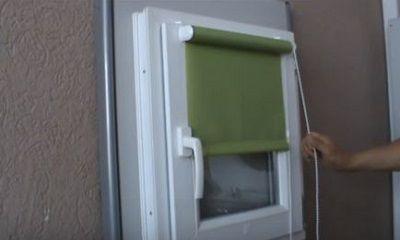 Проверяем работу рулонных штор на окне