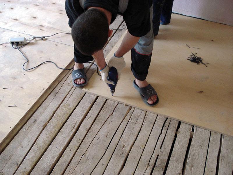 Укладываем дсп на деревянный пол