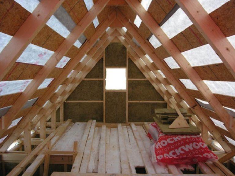 Через неутепленную крышу теряется тепло